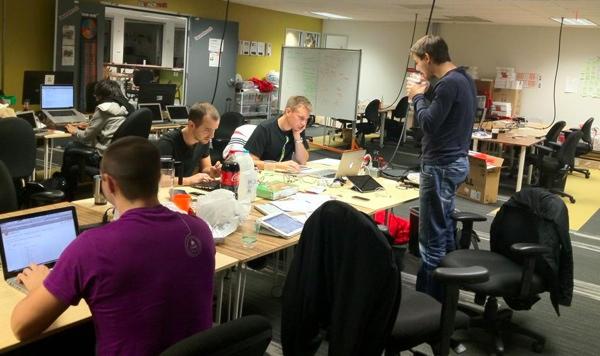 Radna atmosfera oko 23 sata, samo WhoAPI i kolege iz Japana (Snimio Goran Duškić)