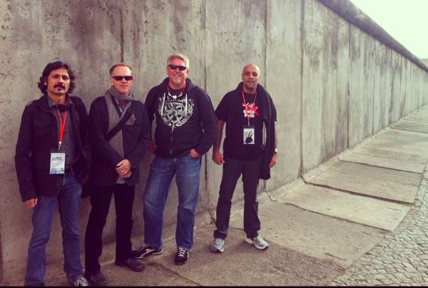 Toni Milovan s GOAP-ovcima kod Berlinskog zida
