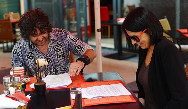Glumci News Bar TV-a se u veseoj atmosferi pripremaju za snimanje (Fotografija: Marina Filipović Marinshe)