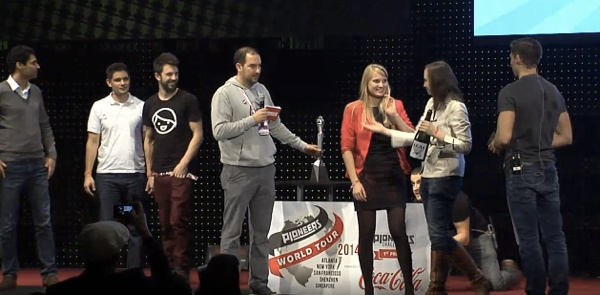 Urška preuzima Pioneers nagradu.