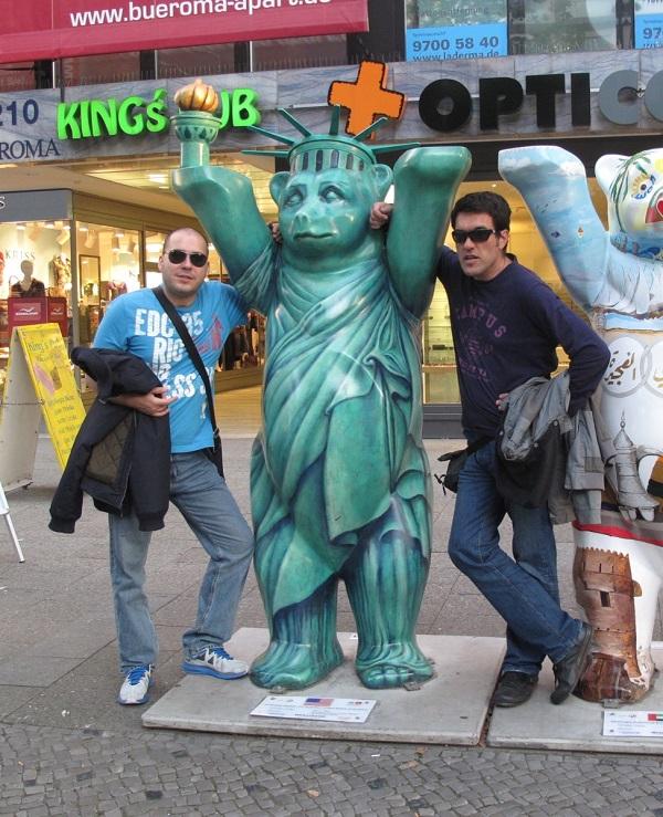 Na uličnoj izložbi medvjeda u Berlinu. Medvjed je simbol glavnog grada Njemačke, a na izložbi je po jedan predstavljao svaku državu svijeta, oslikan od strane istaknutog umjetnika iz dotične države.