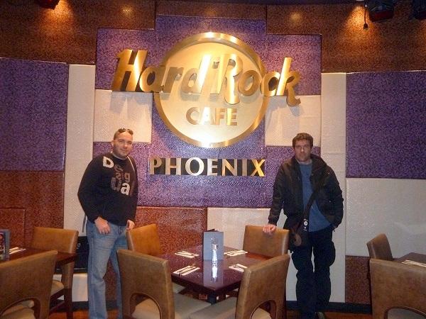 Autori bloga Phoenix & Phoenix u glavnom gradu američke savezne države Arizone, Phoenixu, u kojem je nastala ideja za blog i po kojem je dobio ime.