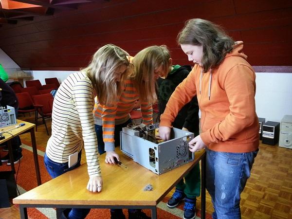 Čini se da je djevojke više zainteresirao hardverski dio.