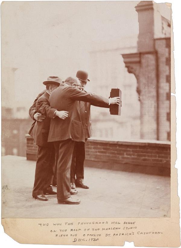 Kamera je bila preteška, stoga su ju dvije osobe morale držati.