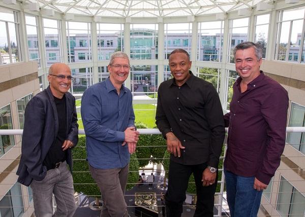 Jimmy Iovine, Timo Cook, Dr. Dre i Eddy Cue. Eddy postaje šef Dr. Dreu i Iovineu. (Slika: Paul Sakuma/Apple)