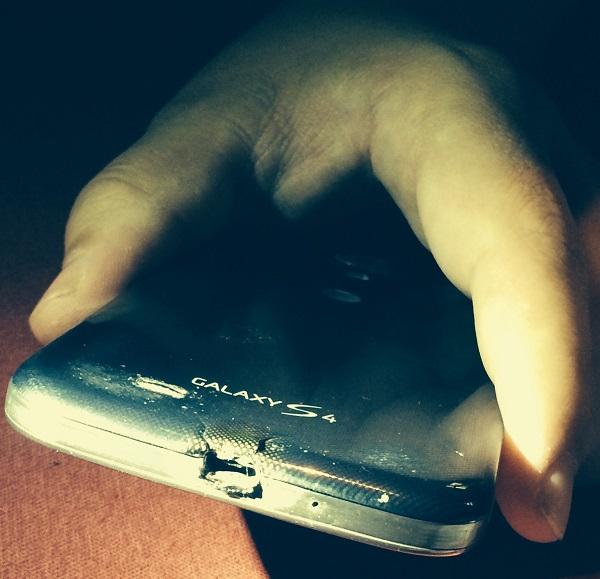 Oštećenje pri punjenju s izvornom opremom. Izvor: Imgur.com