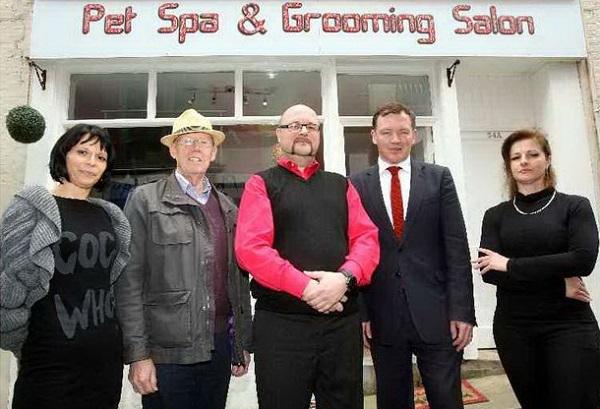 Na otvaranje salona za ljubimce došli su Philip Carter, osnivač fondacije Go-Folkestone, te član Britanskog parlamenta Damian Collins.