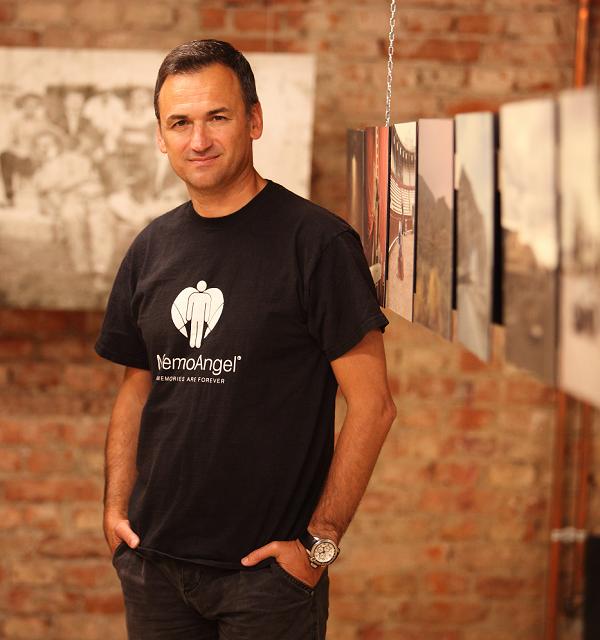 Roberto Srpak ima dugogodišnje iskustvo u kreativnoj industriji, stoga je okupio oko sebe kvalitetan tim ljudi koji stoje iza projekta.