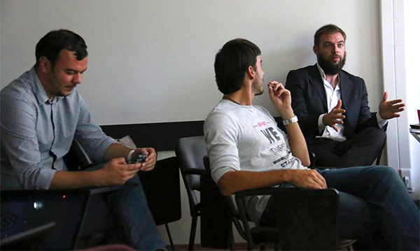 Luka, Dilyan i David tokom mentorskih sesija (Foto: Eleven Facebook Page)