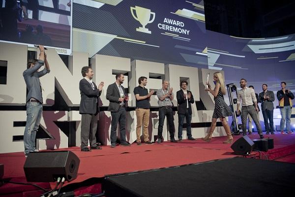 Urška Sršen, suosnivačica Bellabeata, predaje titulu pobjednika Julianu i Oradianu.