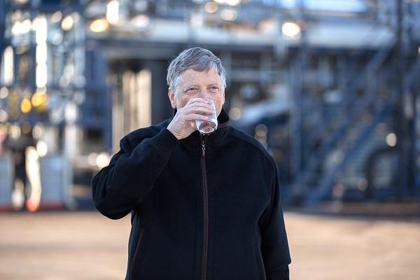 Bill Gates je sam kušao vodu iz postrojenja u koje ulaže. Izvor: The Gates Notes