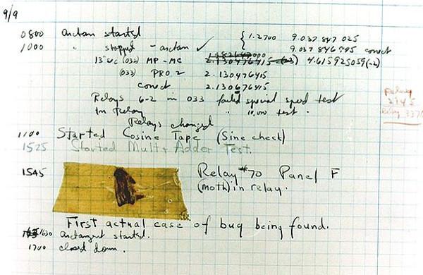 """Prvi računalni """"bug"""", točnije, moljac u Hopperičinim zabilješkama."""