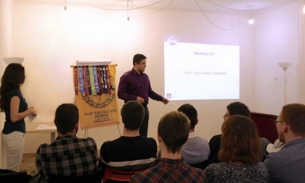 Skupina Toastmasters English vježba svoje prezentacijske i komunikacijske sposobnosti.