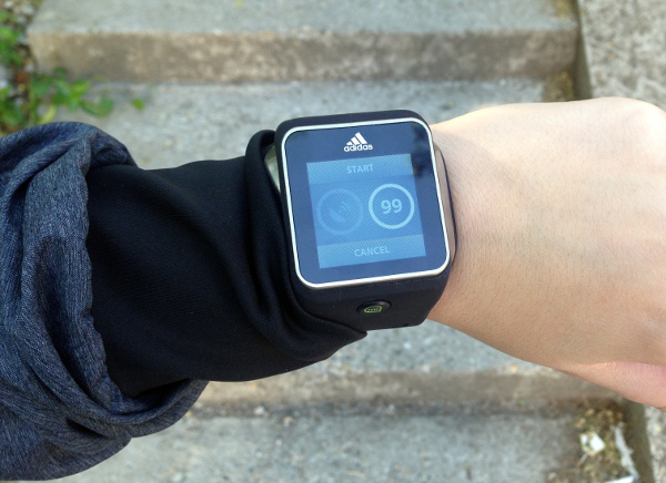 Uređaju treba neko vrijeme da pronađe otkucaje srca i GPS signal.