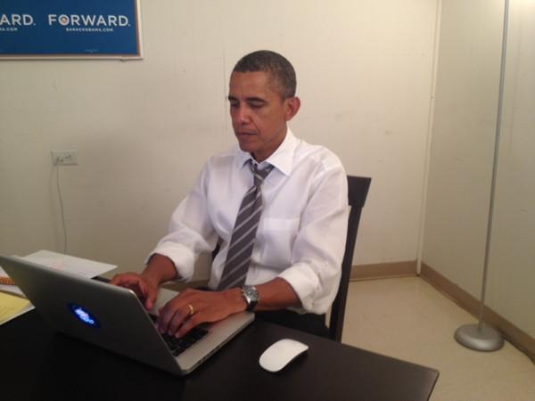 Barack Obama za vrijeme odgovaranja na pitanja reditora. Slika je stavljena kao dokaz da iza napisanog doista stoji on. (slika: reddit)