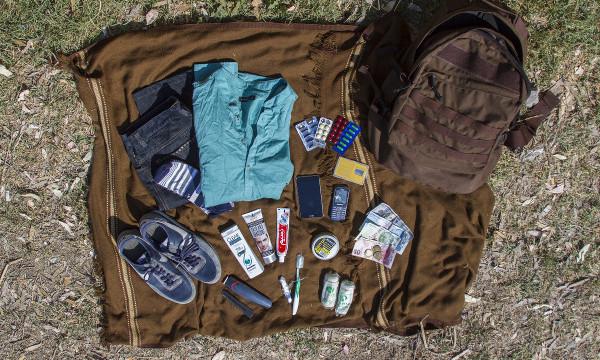 """Sve što je 17-godišnji Iqbal sa sobom iz Afganistana ponio u Grčku: nešto odjeće i rezervne tenisice, pribor za osobnu higijenu, nešto novca, pametni i rezervni mobitel te SIM kartice za Afganistan, Iran i Tursku – projekt IRC-a """"Što je u mojoj torbi?"""""""