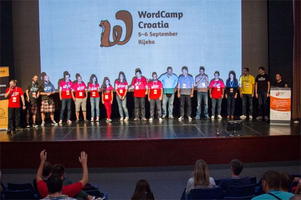 Zajednička fotografija organizatora, volontera i dijela predavača – za uspomenu na uspješno završeni WordCamp. Autor fotografije: Neuralab