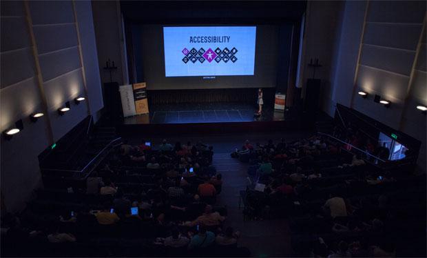 Pogled s galerije na gledalište i pozornicu, gdje je Petya Raykovska pričala o tome kako pomoći WordPressu. Autor fotografije: Neuralab