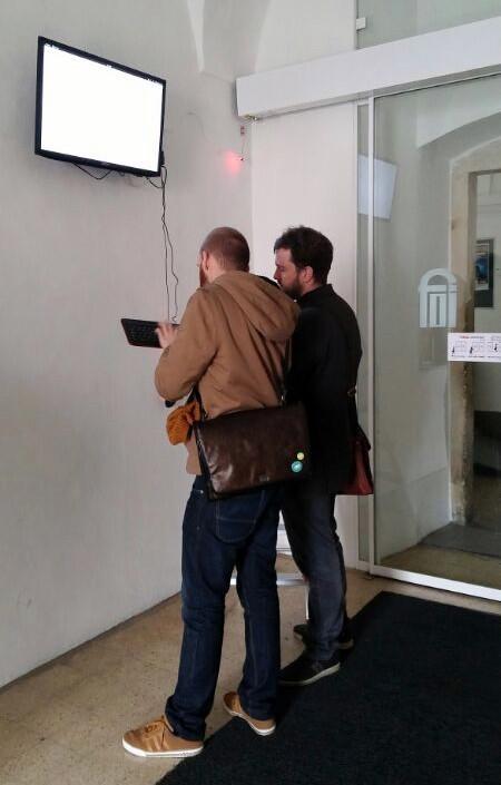 Opremu koja uveseljava sve koji ulaze na fakultet, ali i korisnike reddita, instalirali su Igor Rinkovec te Tomislav Turek (izvor: FOI).
