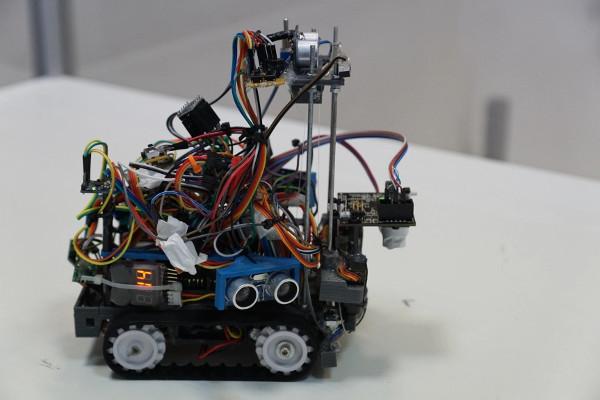 Jedan od sudionika je Crobotix, tim koji se sastoji od Filipa Jakšića i Alberta Gajšaka, dva 17-godišnja učenika i tehnoloških entuzijasta koji kombiniraju 3-D printanje, Arduino, Raspberry Pi, puno žica, lemljenja i tisuće linija koda za svoje projekte,