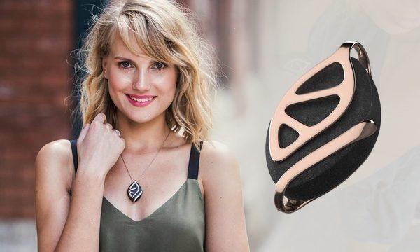 Urška Sršen, suosnivačica Bellabeata, s njihovim novim proizvodom.