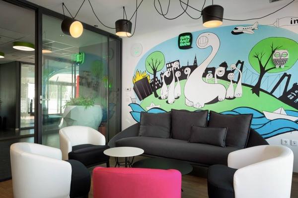 Mural u sobi za čekanje Inchoovog ureda opisuje povijest tvrtke, ali i trgovačkog centra Super.