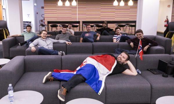 Dečki nisu propustili priliku obilježiti svoj dolazak jednom grupnom fotkom zajedno s hrvatskom zastavom – territory marked! (I, da, znamo da su na grbu kvadratići, ne kockice, ali bolje se uklapaju u igru riječima :)