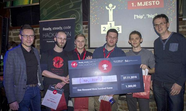 Pobjednički tim s uručenom nagradom