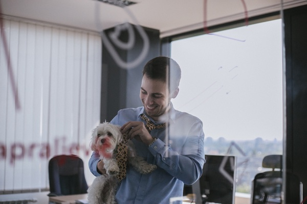 """Prelazak psihološke granice o 100 zaposlenih proslavio se prigodno - uz dijeljenje kravata leopard uzorka. Možda to nije """"stil"""" koji će se svakome svidjeti, ali to jest Infinumov stil. :)"""