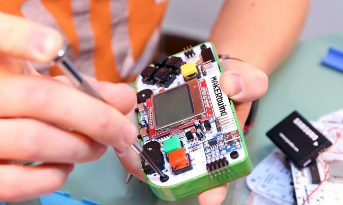 MAKERbuino je edukativni alat koji se sastavlja u igraću konzolu, a jedan je od projekata od kojih Hafner u ovoj godini ima velika očekivanja.