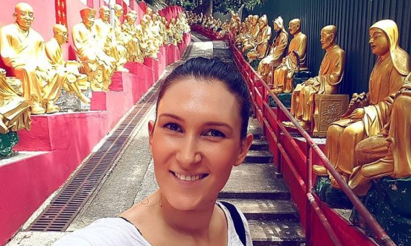 Iskustva u online edukaciji stekla je financirajući svoja putovanja diljem svijeta koja je ažurno snimala i objavljivala na YouTubeu.