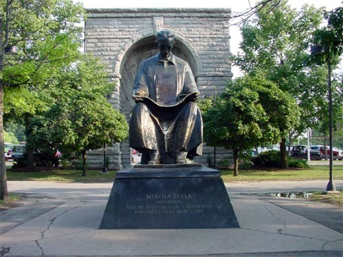 Spomenik Nikoli Tesli na američkoj strani Slapova Niagare.