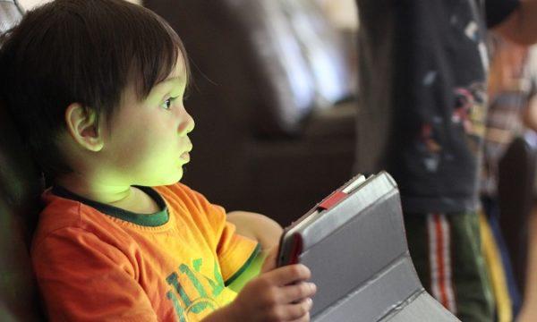 79 posto roditelja gotovo nikada ne razgovara s djetetom o tome što radi na računalu ili internetu.